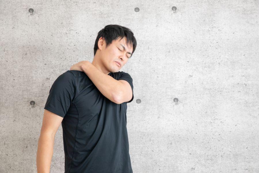 肩の痛みを抱える男性